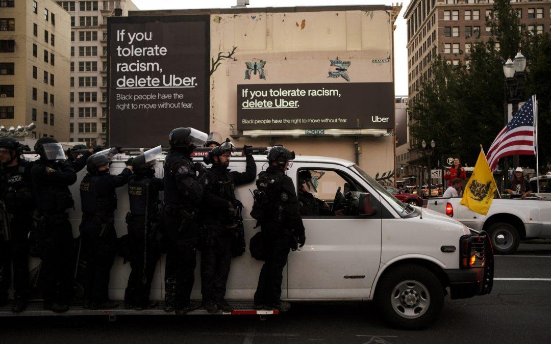 «Si toleras el racismo, borra Uber», la contundente campaña de Uber